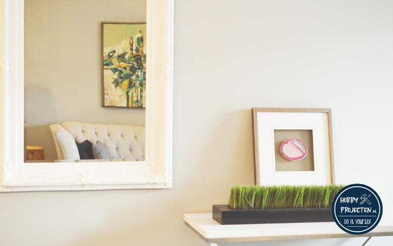 fotolijsten op tafel en aan de muur