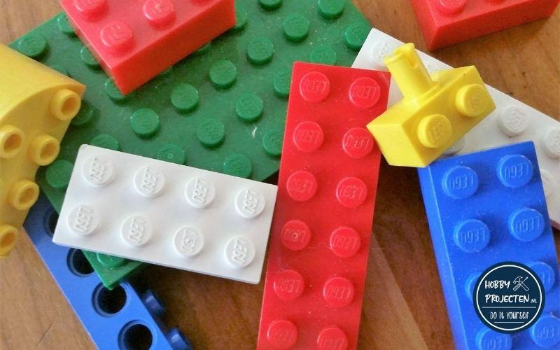 Lego blokjes op houten vloer