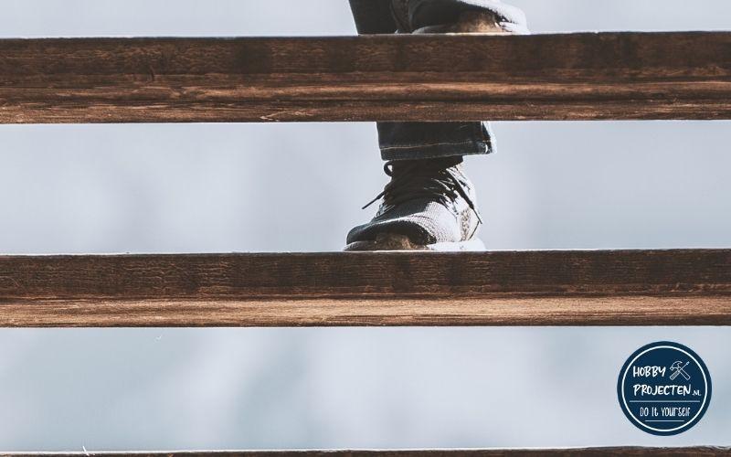 voet op een traptrede