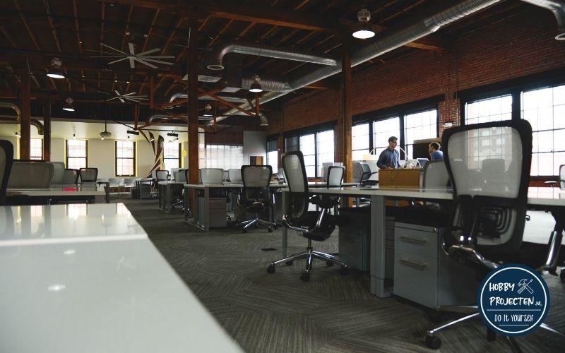 Bureaustoelen in een open kantoor